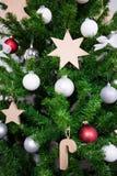 Différentes décorations sur l'arbre de Noël artificiel Images libres de droits