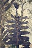 Différentes directions, plaque de rue avec des flèches Photo stock