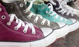 Différentes espadrilles colorées dans la ligne Images stock
