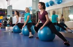 Différentes femmes d'âge sautant sur la boule d'exercice Photographie stock