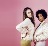 Différentes filles de nation avec diversuty dans la peau, cheveux Asiatique, scandinave, pose émotive gaie d'afro-américain dessu Photos libres de droits