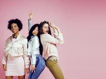 Différentes filles de nation avec diversuty dans la peau, cheveux Asiatique, scandinave, pose émotive gaie d'afro-américain dessu Photo stock