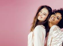 Différentes filles de nation avec diversuty dans la peau, cheveux Asiatique, scandinave, pose émotive gaie d'afro-américain dessu Images libres de droits