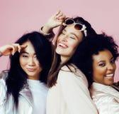 Différentes filles de nation avec diversuty dans la peau, cheveux Asiatique, scandinave, pose émotive gaie d'afro-américain dessu Photographie stock