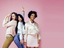 Différentes filles de nation avec diversuty dans la peau, cheveux Asiatique, scandinave, pose émotive gaie d'afro-américain dessu Images stock