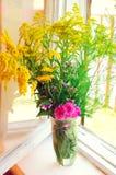 Différentes fleurs de pré d'été Intérieur rustique photographie stock libre de droits