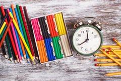 Différentes fournitures scolaires sur le fond en bois Photographie stock libre de droits