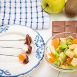Différentes guimauves dans un beau plat sur les fourchettes Photo stock