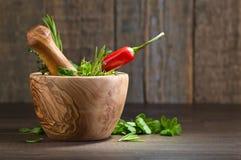 Différentes herbes sur une vieille table en bois Image libre de droits