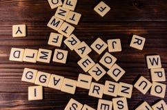 Différentes lettres aléatoires sur la table en bois Images stock