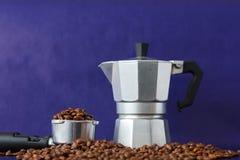 Différentes méthodes de préparation de café sur Violet Background Pot de Moka contre le bourreur de café photographie stock libre de droits