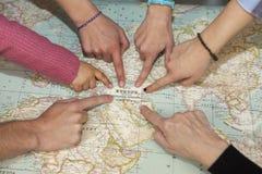 Différentes mains dirigeant l'Europe dans une carte du monde Photographie stock
