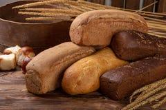 Différentes miches de pain avec du blé des épillets image stock