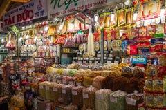 Différentes parties d'un porc sur un plateau au marché Photo stock