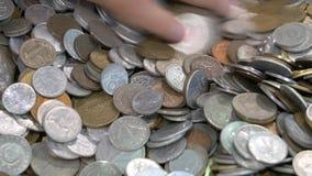 Différentes pièces de monnaie de partout dans le monde banque de vidéos