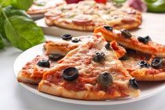 Différentes pizzas coupées en tranches avec des ingrédients image libre de droits