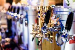 Différentes pompes de bière, foyer sélectif et bokeh Image stock