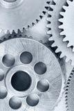 Différentes roues dentées de vitesse en métal sur le backgroun rayé industriel photos stock