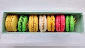 Différentes saveurs et couleurs des macarons photographie stock