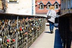 Différentes serrures d'amour attachées à la grille en métal d'un pont dans E Images libres de droits
