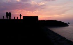 Différentes silhouettes de personnes au coucher du soleil Photographie stock