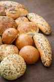 Différentes sortes de pains complets et de petits pains Images libres de droits