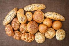 Différentes sortes de pains complets et de petits pains Photos stock