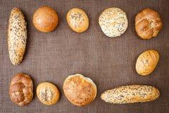 Différentes sortes de pains complets et de petits pains Images stock