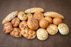 Différentes sortes de pains complets et de petits pains Photo stock