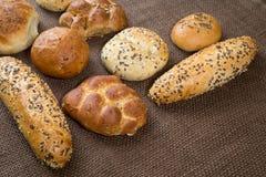 Différentes sortes de pains complets et de petits pains Photographie stock