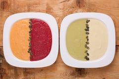 Différentes soupes colorées à purée photos stock