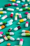 Différentes tablettes et pillules de couleur Photos libres de droits