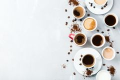 Différentes tasses et tasses de café pour le petit déjeuner Photos libres de droits