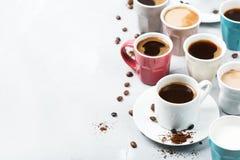 Différentes tasses et tasses de café pour le petit déjeuner Photo stock