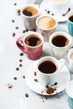 Différentes tasses et tasses de café pour le petit déjeuner Photographie stock