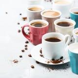 Différentes tasses et tasses de café pour le petit déjeuner Photos stock