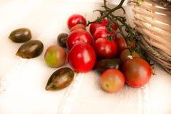 Différentes variétés de tomates-cerises dans un panier Sain, frais Photos libres de droits