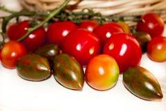 Différentes variétés de tomates-cerises dans un panier Sain, frais Photographie stock