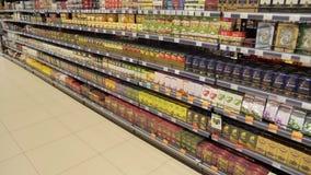 Différentes variétés et différents fabricants de thé sur les étagères dans le magasin banque de vidéos