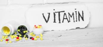 différentes vitamines de pilules de couleur Images libres de droits