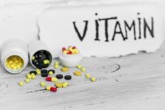 différentes vitamines de pilules de couleur Photo stock