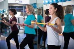 Différents âges de femelles positives ayant la classe gymnastique Photographie stock libre de droits