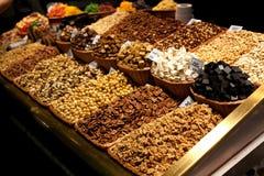 Différents écrous dans le panier en osier à vendre au marché Affichage avec la noix savoureuse, noix de pécan au marché de Boquer photos libres de droits