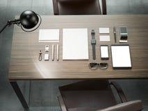 Différents éléments de marquage à chaud de maquette Calibre réglé sur la table en bois Photo libre de droits