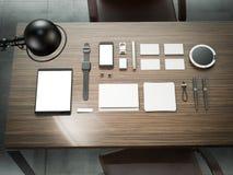 Différents éléments de marquage à chaud de maquette Calibre réglé sur la table en bois Images libres de droits