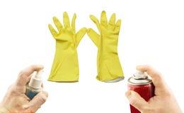 Différents aérosols à disposition et gants jaunes Photographie stock