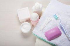 Différents accessoires de bain sur la table en bois Images libres de droits