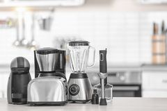Différents appareils de cuisine modernes Photos stock