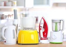 Différents appareils de ménage et de cuisine sur la table à l'intérieur Élément intérieur Photos libres de droits