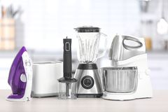 Différents appareils de ménage et de cuisine sur la table à l'intérieur Élément intérieur Photographie stock libre de droits